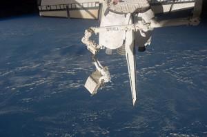 astronauta con cordone ombelicale alla stazione spaziale
