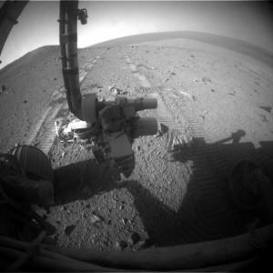 Il rover Opportunity mentre  lavora sul suolo marziano